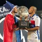 Símbolos: El Chino Luna y el Pato Galmarini con la Copa de la Superliga