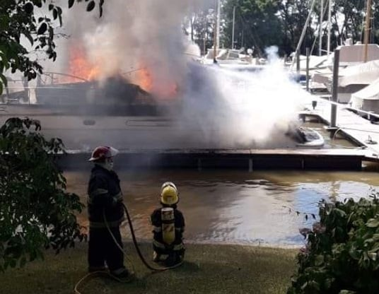Incendio Catamaran Velero Costa San Fernando