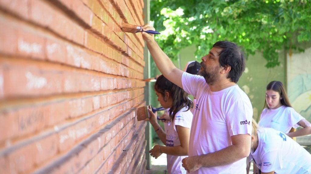 El Intendente Fernando Moreira Colaboró Con Las Tareas De Pintura En Su Ex Escuela Estados Unidos.