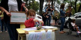 escuelas reclamo marcha sentada abrazo