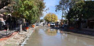 las obras se realizan sobre las calles perdriel e hipólito yrigoyen, entre ruta 8 y la estación lourdes del ferrocarril urquiza