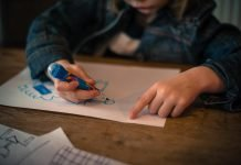 nene dibujando