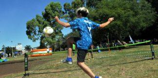 nene jugando futbol